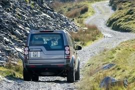 Land Rover Defender auf der Piste