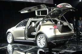 Tesla Model X mit geöffneten Fondtüren