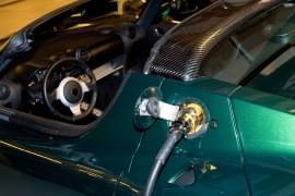 Tesla Roadster mit Aufladekabel